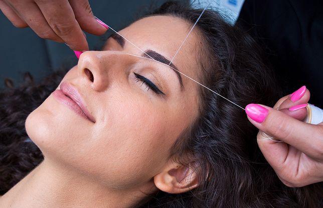 Nitkowanie brwi. Na czym polega ta metoda regulowania łuków brwiowych?