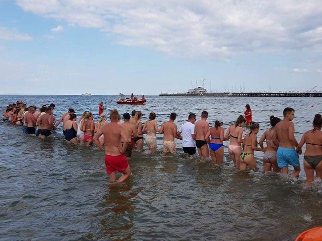"""""""Łańcuch życia"""" na sopockiej plaży. Chwile grozy zakończone oklaskami"""