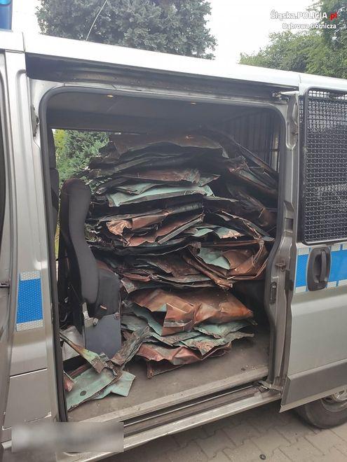 Dąbrowa Górnicza. Trójka mieszkańców Dąbrowy Górniczej odpowie za kradzież poszycia dachu.