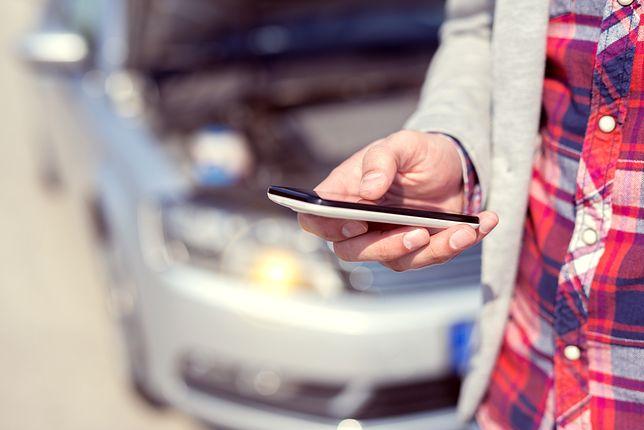 Tradycyjny obrót gotówką kontra mobilne przelewy.