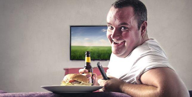 Wolisz piwo i telewizor od siłowni? Kobiety uwielbiają takich mężczyzn