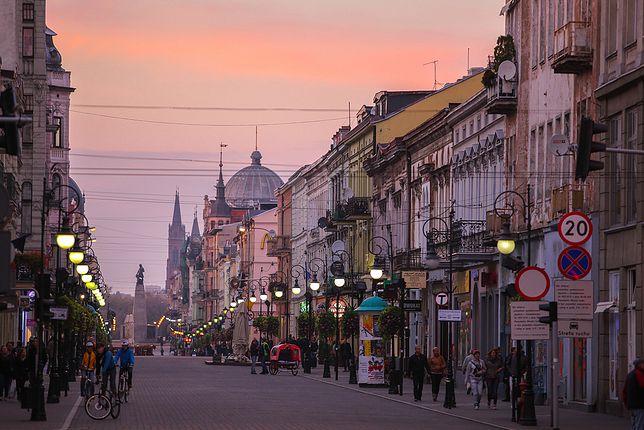 Łódź i ulica Piotrkowska o zachodzie słońca