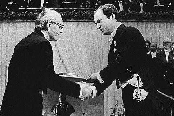 Fred Sanger (po lewej) odbiera nagrodę Nobla w 1980 r.