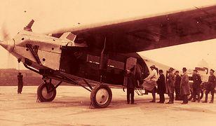 Pasażerowie wsiadają na pokład samolotu Fokker F VII A