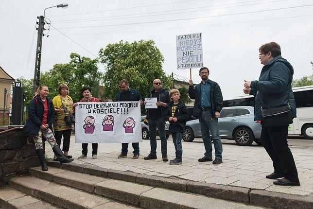 Protest przeciwko ukrywaniu pedofilii w Kościele katolickim przed bazyliką archikatedralną w Gdańsku-Oliwie