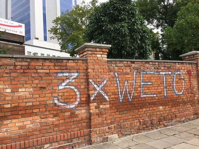 """""""3x WETO"""" niedaleko siedziby PiS. Ogromne napisy na zabytkowych murach"""