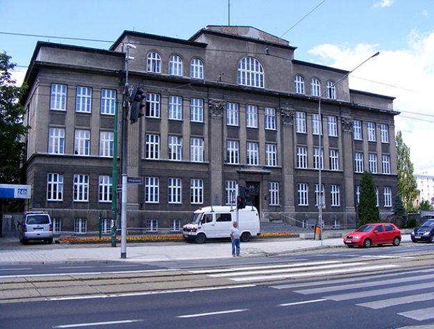 Za użytkowanie budynku VIII LO miasto zapłaciło kurii 4,5 mln zł odszkodowania oraz musiało znaleźć nową siedzibę dla szkoły.