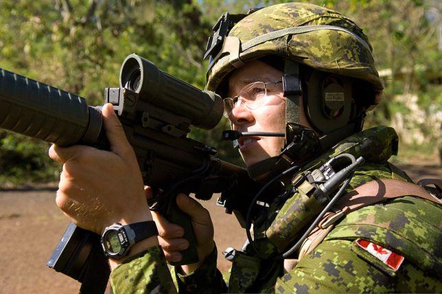 Kanadyjski żołnierz w czasie ćwiczeń na Łotwie