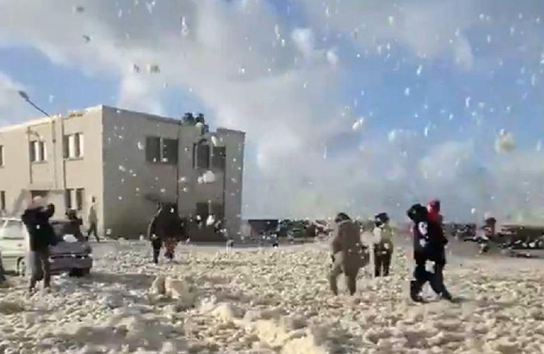 Wtedy weszła ona i pokryła całe miasto na biało. To nie jest śnieg