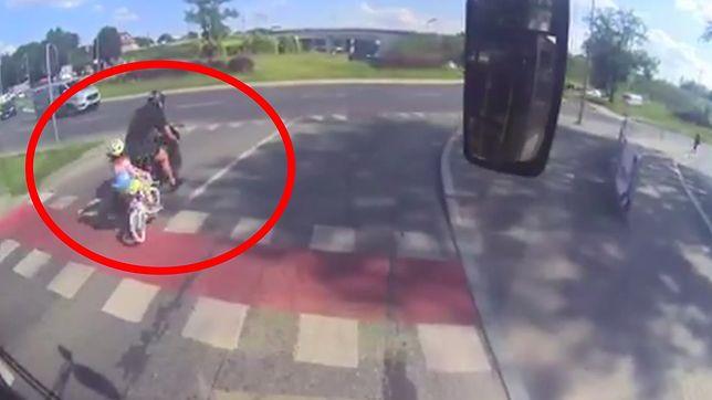 Olsztyn. Policja szuka motocyklisty, który potrącił dziewczynkę jadącą na rowerku
