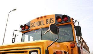 Burmistrz zadłużonego miasteczka sam wozi uczniów do szkoły
