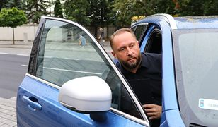 Kamil Durczok wsiada do auta przed sądem w Piotrkowie Trybunalskim.