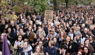 Ludzie manifestujący na czarnym proteście