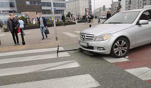 Warszawa. W środę po 11:00 samochód potrącił pieszego, który jechał na hulajnodze. Mężczyzna trafił do szpitala