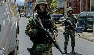 Funkcjonariusze wenezuelskiej Gwardii Narodowej na przedmieściach Caracas