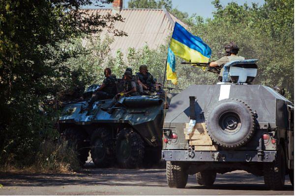 Separatyści i żołnierze ukraińscy w jednym z miast Donbasu