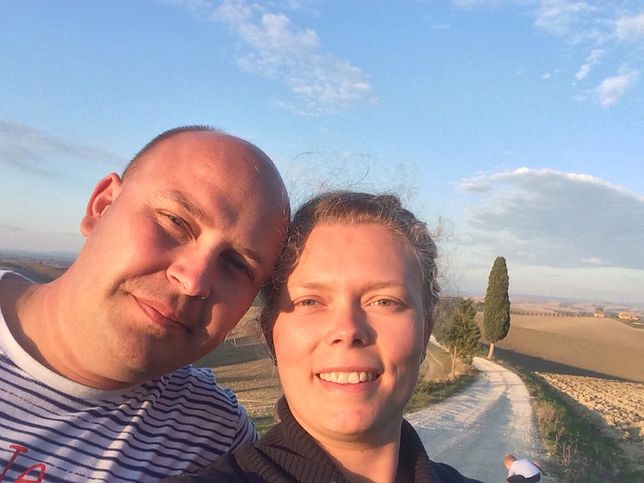 Julka i Michał przez miesiąc żyją razem, przez miesiąc - osobno. Ale rozmawiają ze sobą codziennie, więc święta razem nie są przerażającą perspektywą
