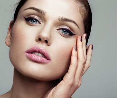 Kreski eyelinerem to doskonały trik, aby podkreślić i powiększyć oczy.