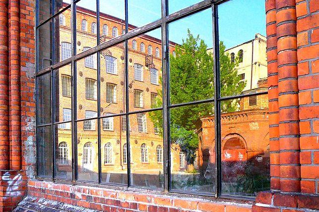 Stara Przędzalnia odbita w oknie, Żyrardów