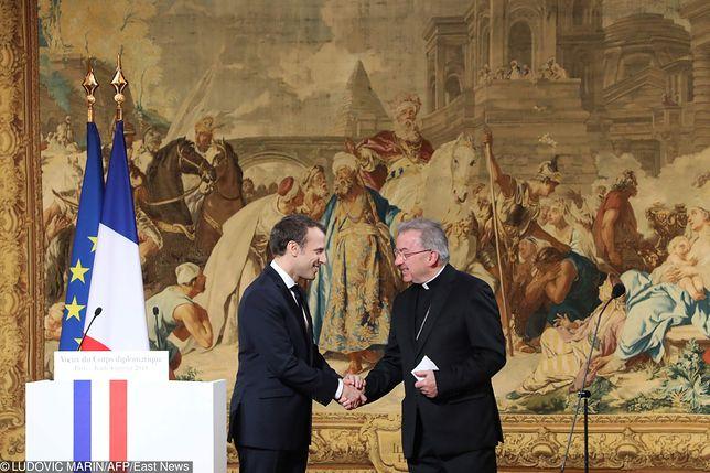 Prezydent Emmanuel Macron i nuncjusz Luigi Ventura