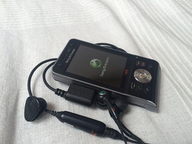 Sony Ericsson W910i ze swoim zestawem słuchawkowym.