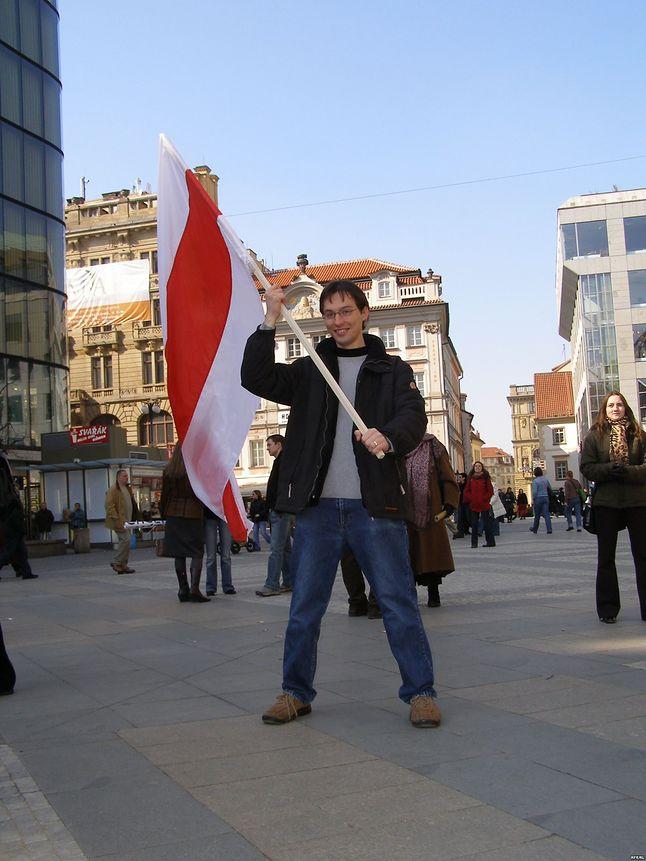 """Jedno z ostatnich zdjęć Katkouskiego. Trzyma na nim dumnie flagę """"niepodległej"""" Białorusi. Wykonano je na początku marca 2006 r. w Pradze. Kilkanaście miesięcy później zmarł w tym mieście."""