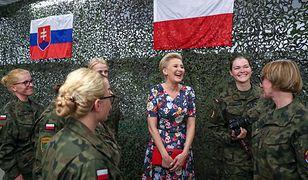 Agata Duda z Polkami w bazie wojskowej na Łotwie