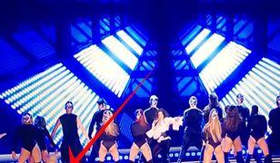 Wpadka tancerki podczas występu Eweliny Lisowskiej.