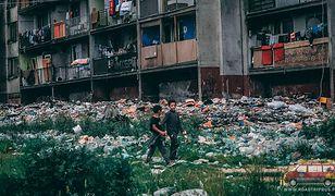 Mieszkańcy Lunika IX pozbywają się śmieci wyrzucając je za okno