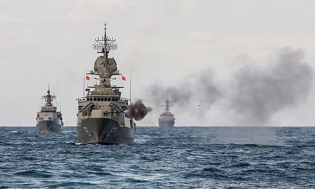 Fregata HMAS Perth (na pierwszym planie) w czasie manewrów morskich
