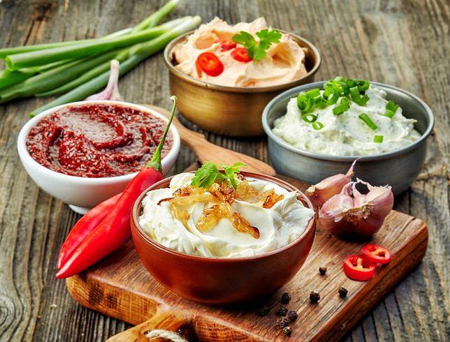 Sosy, chociaż stanowią uzupełnienie dania, mogą odmienić smak niejednej mniej udanej potrawy. Przepisy na sosy