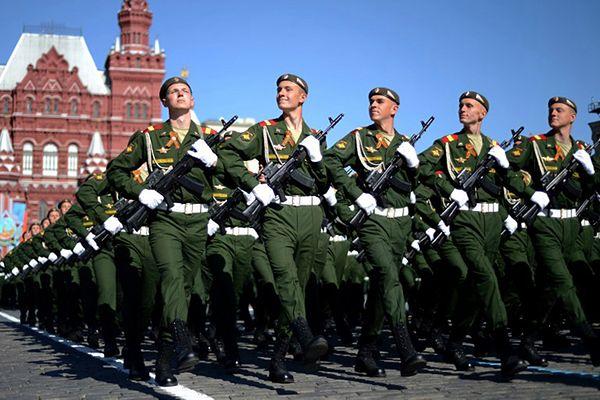 Rosyjscy żołnierze maszerują w czasie defilady w Moskwie