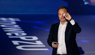 Paweł Surówka, prezes zarządu PZU, zaprezentował nadajnik GO