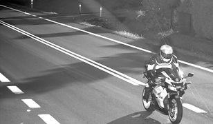 Motocyklista zlekceważył fotoradar. Wpadł za sprawą kierowcy osobówki