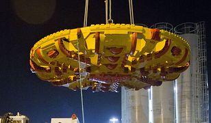 """650 ton wagi, 100 metrów długości i 6,4 wysokości. """"Maria"""" w drodze na Targówek"""