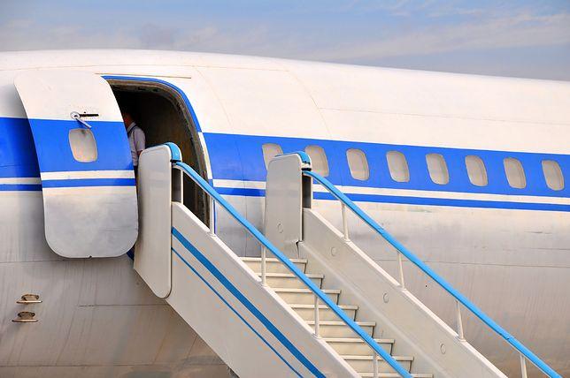 Stewardesa China Eastern Airlines miała pecha. Zamykając drzwi, wypadła z samolotu
