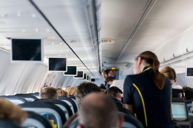 Stewardesa pokazuje, co je po godzinach
