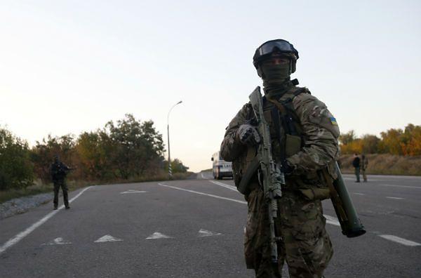 Ukraiński żołnierz na drodze niedaleko Doniecka