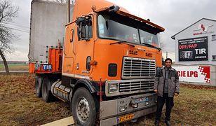 Fardin Kazemi ze swoją 31-letnią, zepsutą ciężarówką. Teraz ma przed sobą wybór nowego pojazdu.