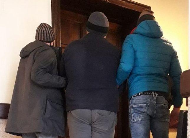 Śląskie. Policjanci z Węgierskiej Górki zatrzymali 31-letniego mieszkańca powiatu żywieckiego, który brutalnie pobił swojego 59-letniego znajomego.
