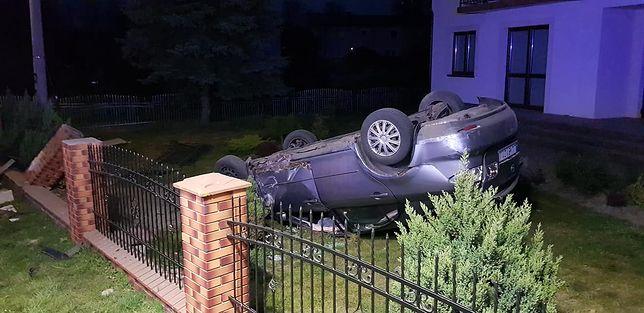 Krężnica Jara (woj. lubelskie). Policja poszukuje kierowcy porzuconego samochodu