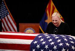 Amerykanie żegnają senatora Johna McCaina. Na pogrzeb przyjedzie jego 106-letnia matka