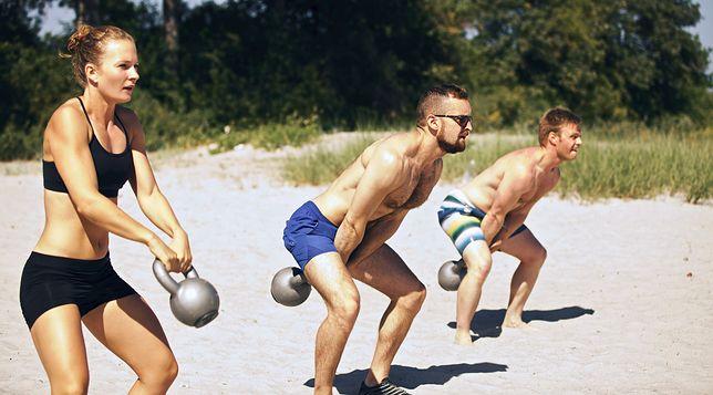 Ćwiczenia z kettlami angażują do pracy większość partii mięśniowych.