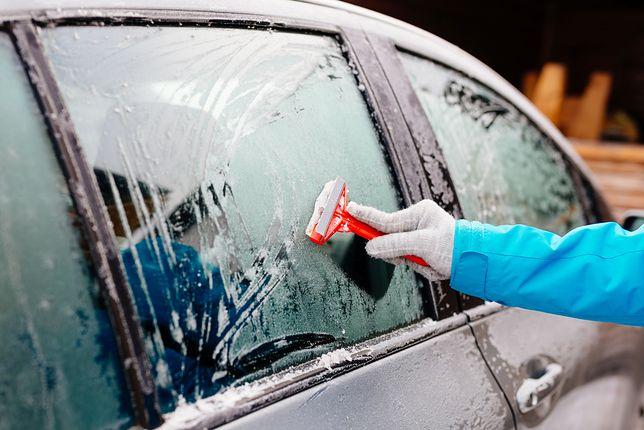 Zamarznięte szyby to zimowy koszmar kierowców