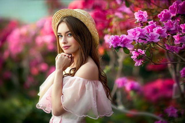 Wiosenne sukienki noś do balerin, lekkich półbutów albo do... tenisówek