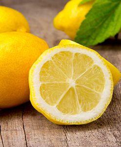 Połówka cytryny przy łóżku. Dlaczego warto o niej pamiętać?