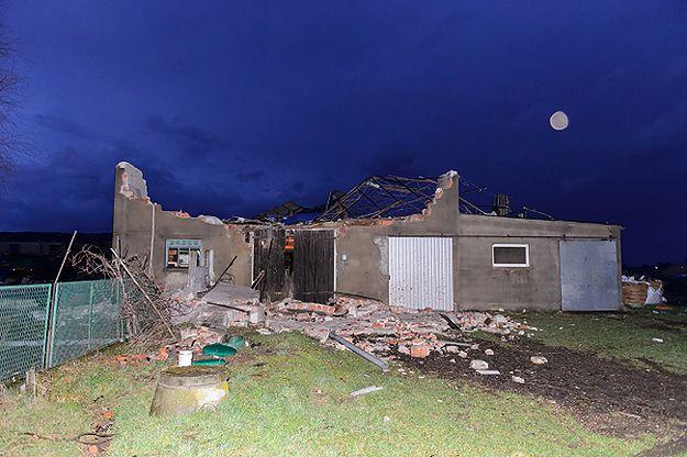 Zniszczenia po przejściu trąby powietrznej przez miejscowość Olszewo