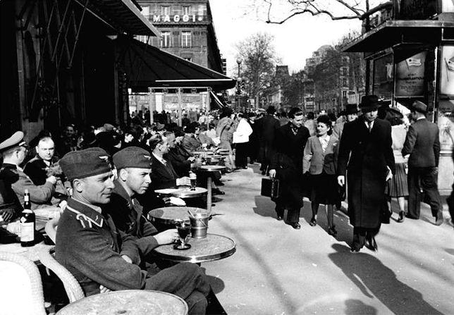 Żołnierze Luftwaffe w paryskiej kawiarni, rok 1941