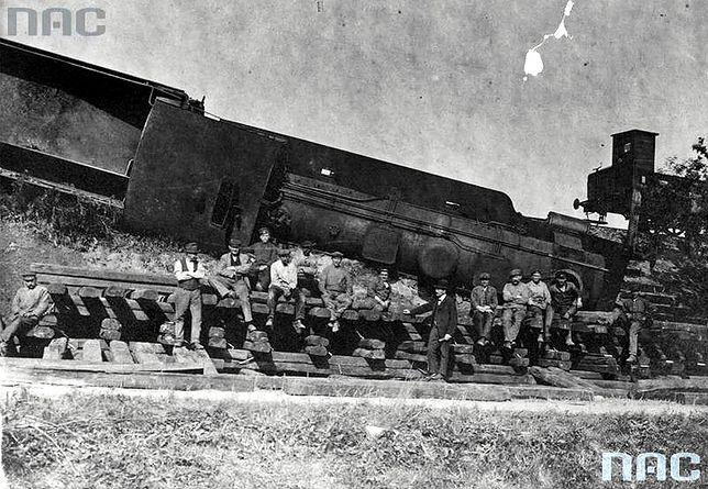 Grupa powstańców śląskich przy zniszczonym pociągu pod Kędzierzynem