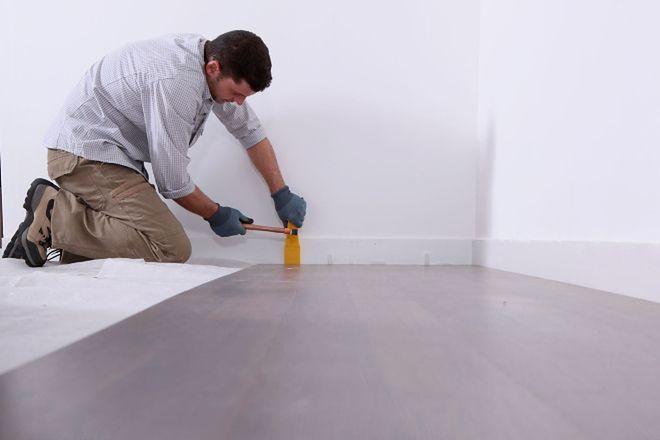 Drewniana podłoga w rękach specjalisty. Jak znaleźć parkieciarza?
